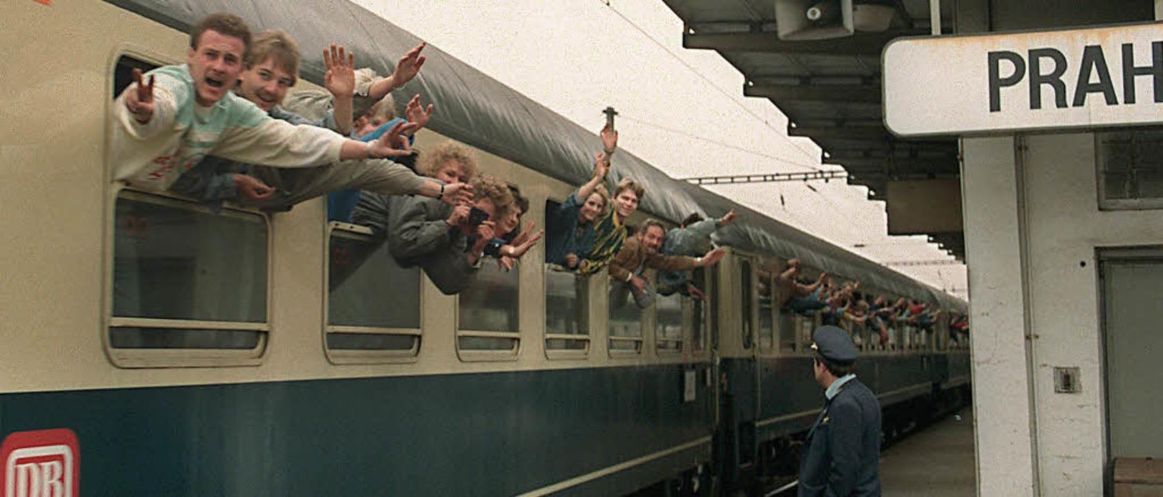 Zug in die Freiheit: DDR-Flüchtlinge b...d. Wenige Tage später fiel die Mauer.   | Foto: AFP