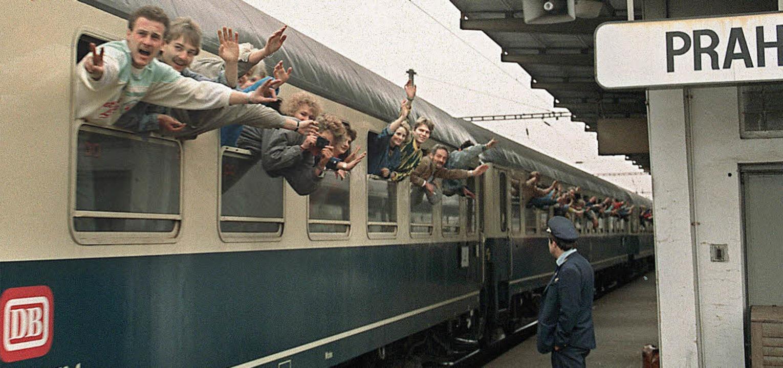 Zug in die Freiheit: DDR-Flüchtlinge a...d. Wenige Tage später fiel die Mauer.   | Foto: AFP