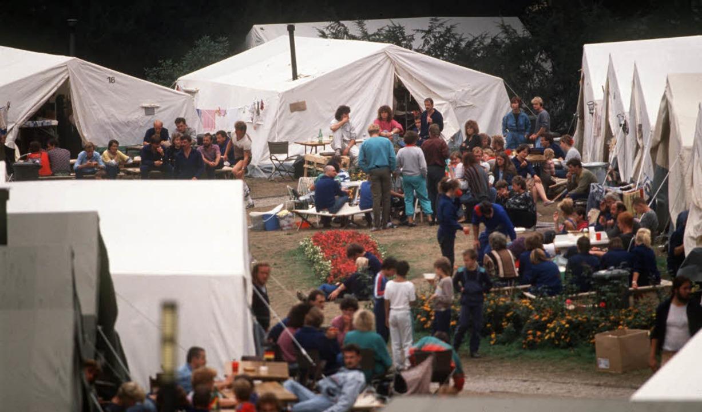 Zeltlager auf dem Gelände der Deutschen Botschaft in Prag 1989   | Foto: DPA