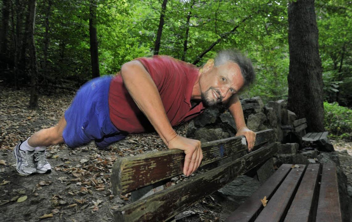 Frühsport: Staatsminister Gernot Erler macht Liegestützen im Sternwald.   | Foto: Michael Bamberger