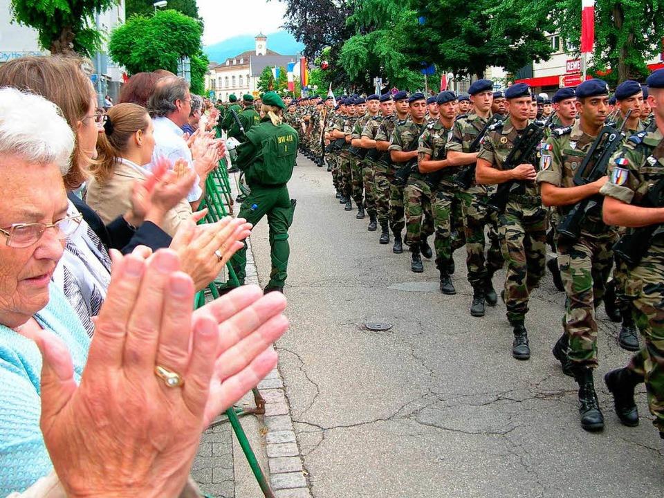 """""""Militärisches Zeremoniell"""" unter Polizeischutz.    Foto: Bernd Michaelis"""