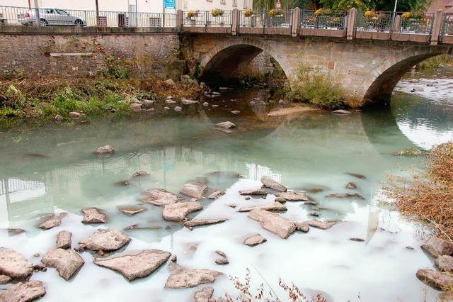Das Flusswasser ist grün