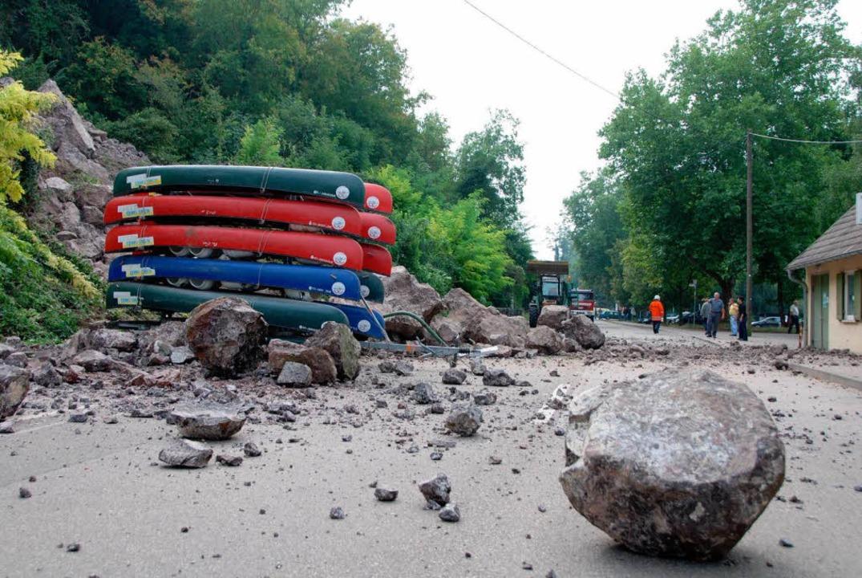 Tonnenschwere Felsen stürzten in Sasbach auf die Straße.  | Foto: Roland Vitt
