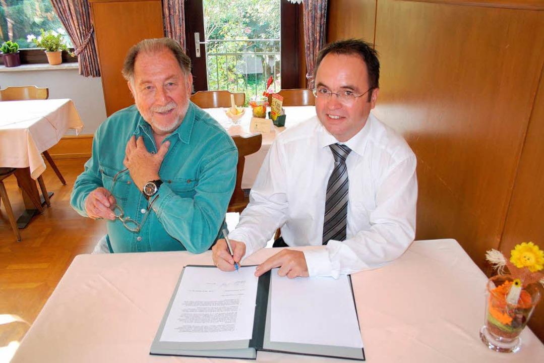 Intendant Bruno Thost (links) und Bürg...chäfer bei der Vertragsunterzeichnung.  | Foto: Gemeinde