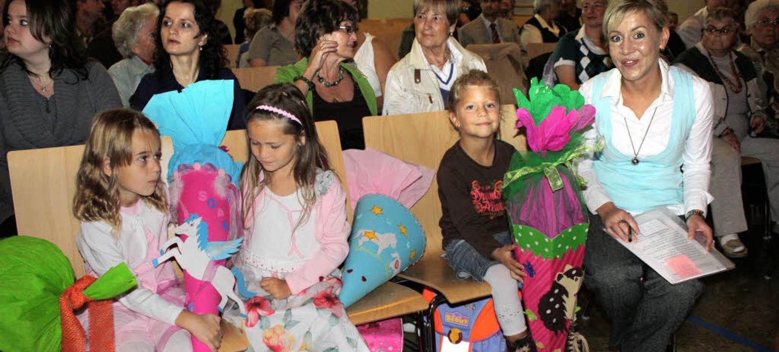 Bei der Einschulungsfeier in der Grund...s) die Erstklässler in der Festhalle.   | Foto: Barbara Schmidt