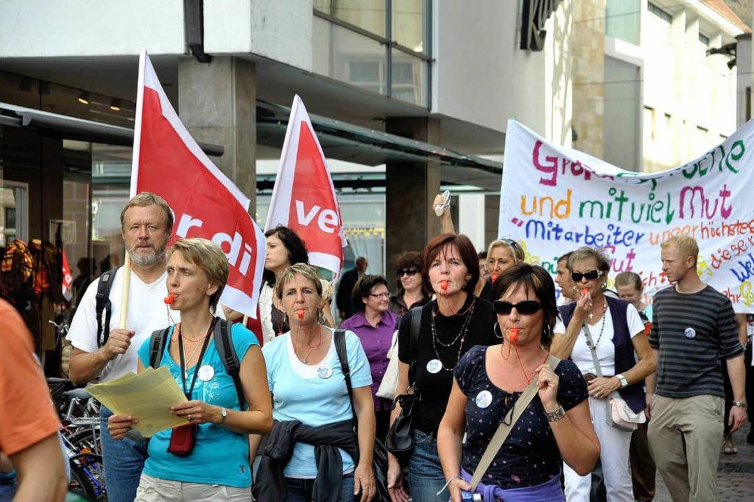 Rund 120 Mitarbeiter der Diakonie protestierten in der Freiburger Innenstadt.  | Foto: Thomas Kunz