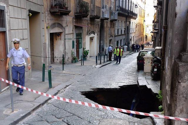Löcher in den Straßen von Neapel