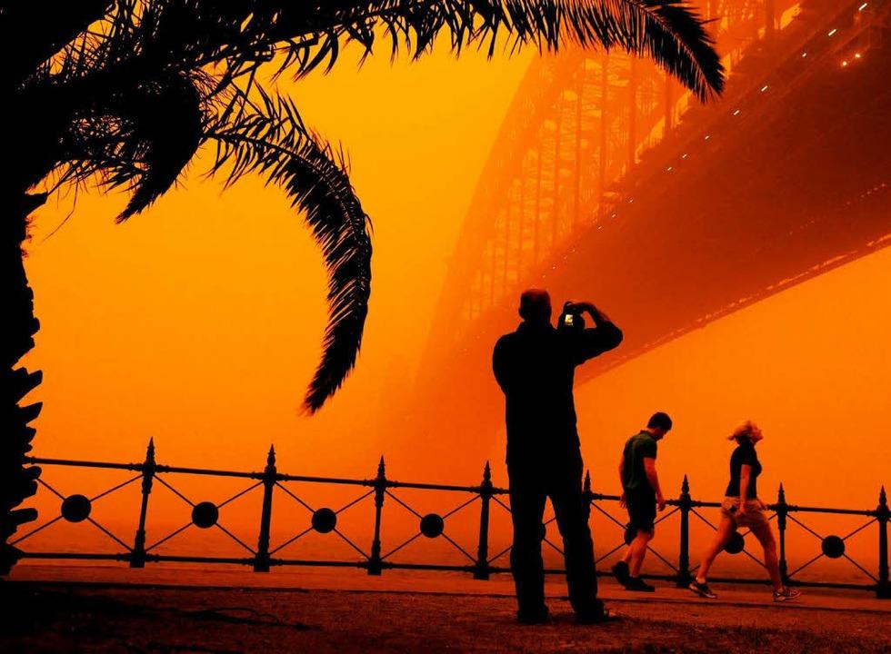 Gespenstisch: Die Harbour Bridge versinkt im roten Nichts.  | Foto: dpa