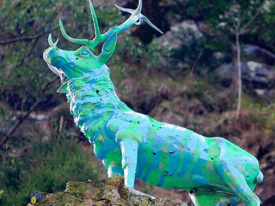 Das Hirschdenkmal in ungewohnt knalligen Farben.  | Foto: Dominic Rock