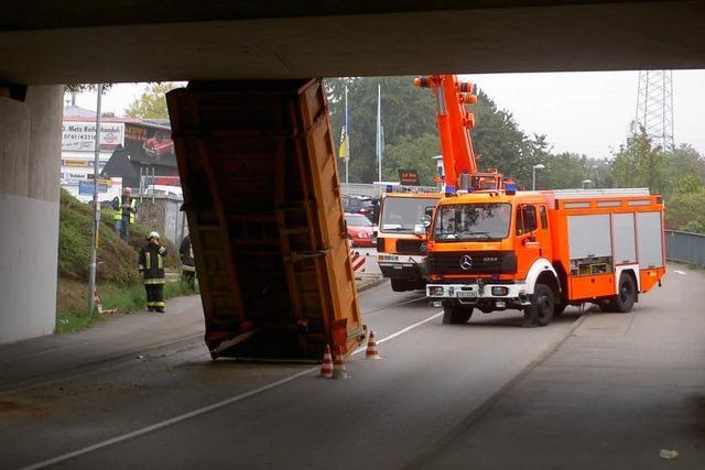 Laster rammt Brücke