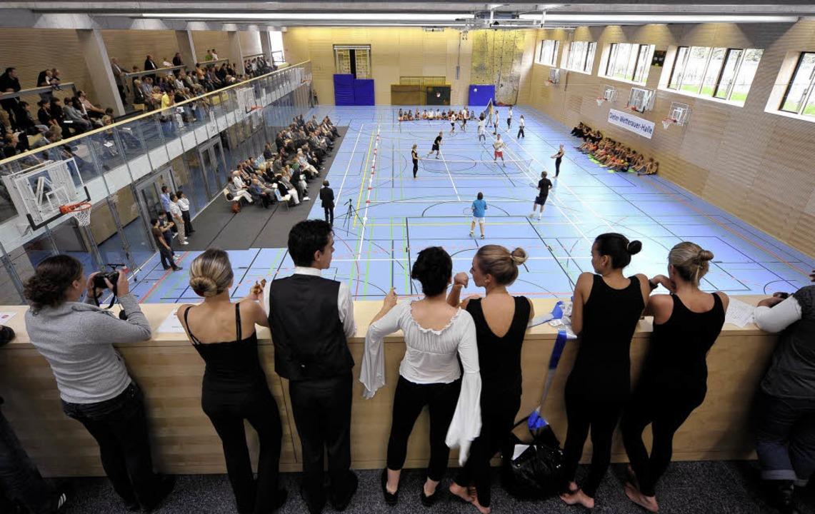 Bei der Eröffnung ihrer Halle lieferte...er Kostproben aus dem Sportunterricht.  | Foto: thomas kunz