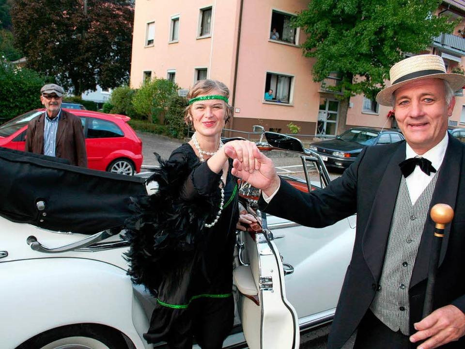 Formvollendet hilft Alexander Schoch s... Klappe 11) aus dem Mercedes-Oldtimer.  | Foto: Karin Heiß
