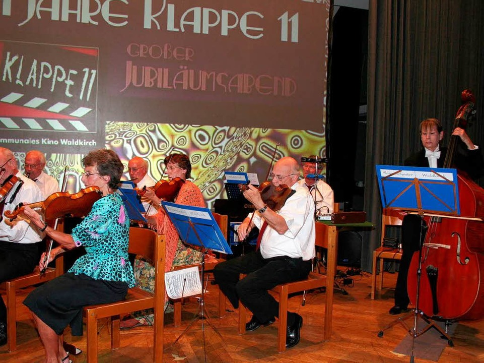 Das Waldkircher Salonorchester stimmte...r Kollnauer Festhalle musikalisch ein.  | Foto: Karin Heiß