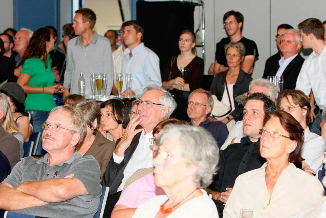 Trends und Hochrechnungen: Das Publiku...lgt die Auszählung der Bundestagswahl.    Foto: Dominic Rock