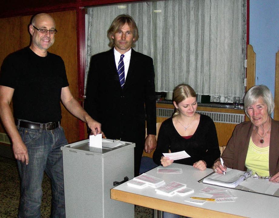 Im Vorraum der Festhalle in Buchheim w...dred Kramer und  Kirsten Zimmermann.    | Foto: mario Schöneberg