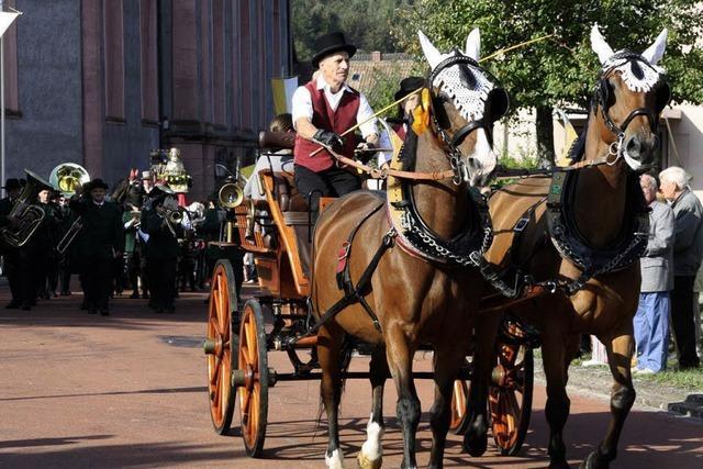 Prozession mit Pferden und Kutschen