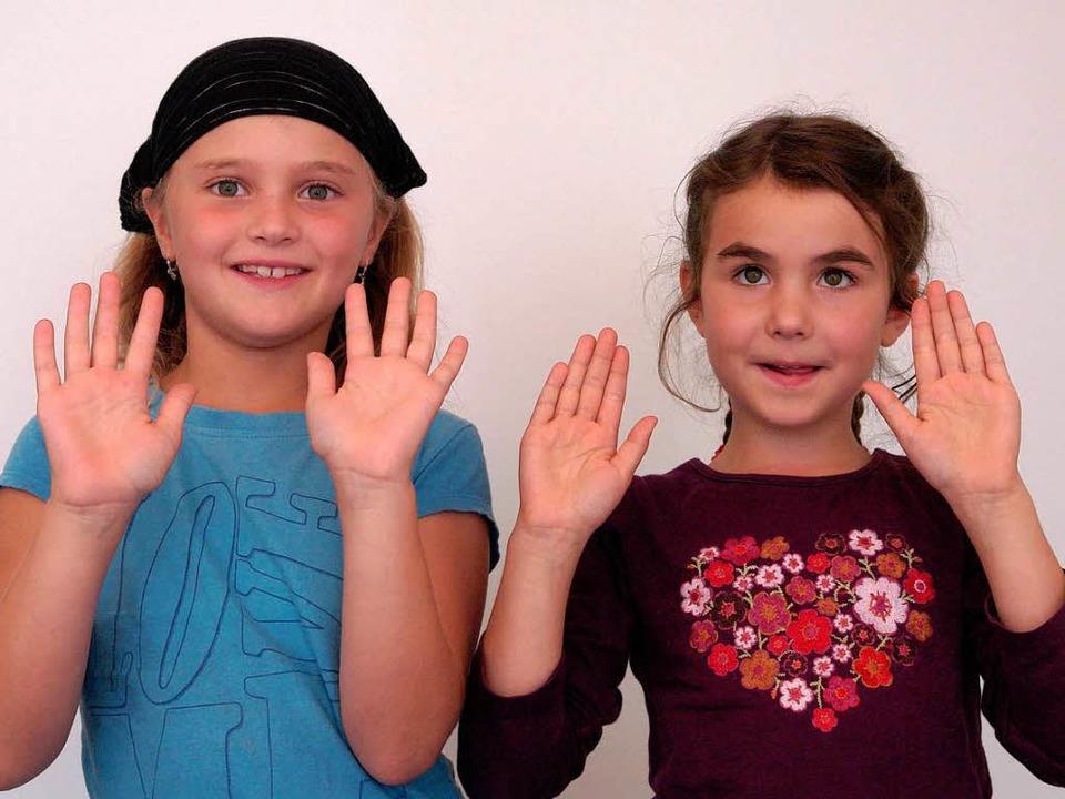 Nina und Julia zeigen euch in einem Vi...t dem richtigen Lied die Hände wäscht.  | Foto: grabherr