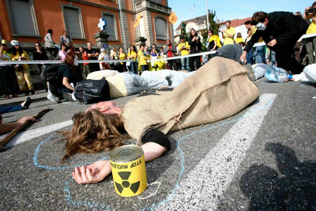Gute Laune und drastische Bildersprache: die Anti-Fessenheim-Demo in Colmar.  | Foto: dpa