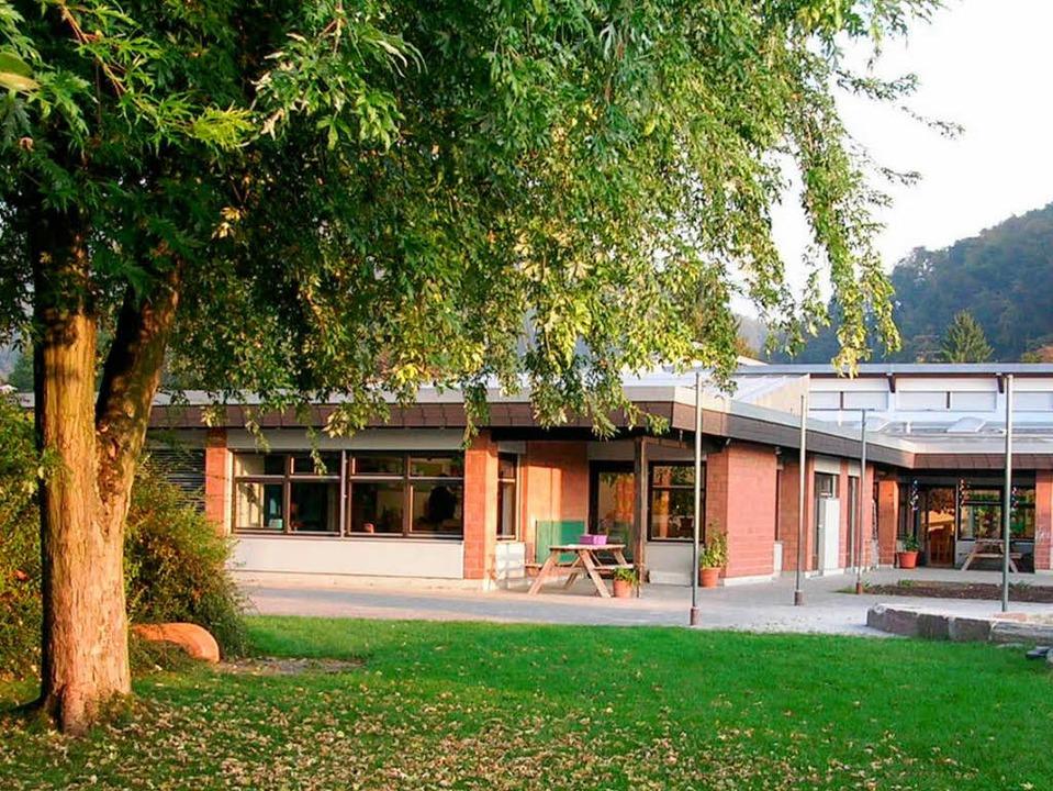 Das Dach des Kindergartens muss dringend saniert werden.  | Foto: Claudia Gempp