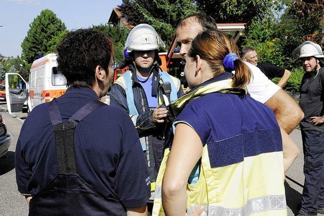 Notfallseelsorger stehen den Feuerwehrleuten bei