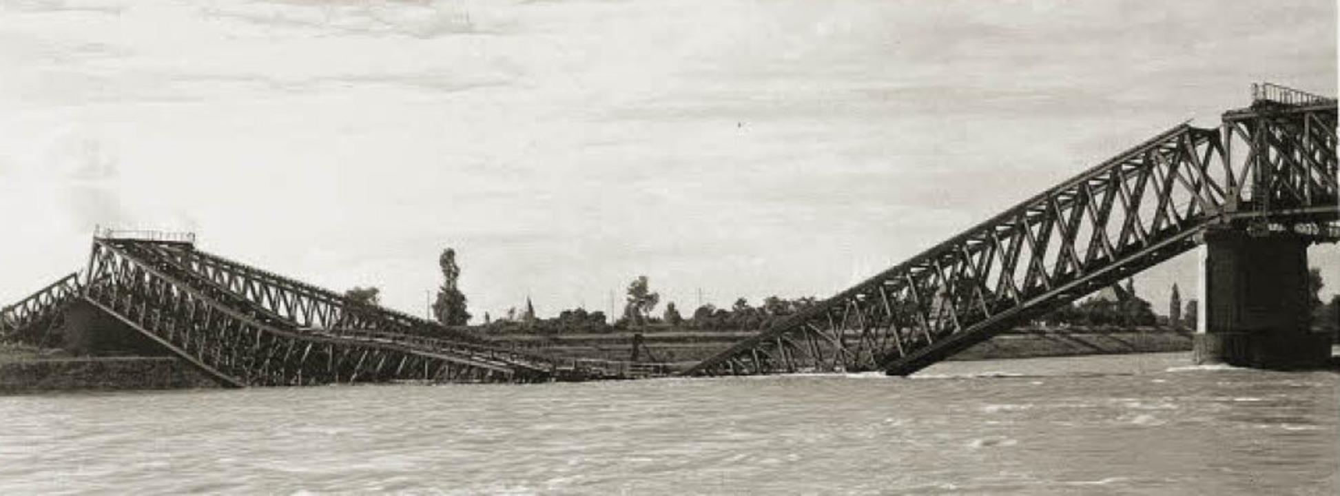 Die am 7. Oktober 1939 gesprengte Eisenbahnbrücke  in Neuenburg    | Foto: Stadtarchiv Neuenburg am Rhein