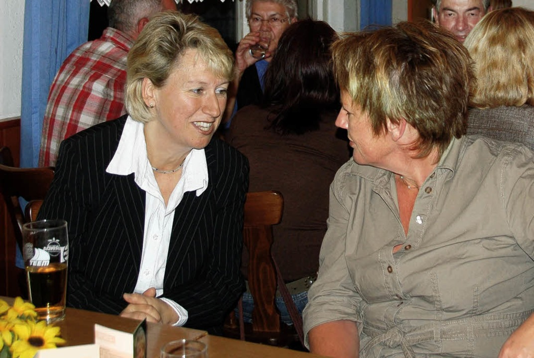 Bürgermeisterkandidatin Fränzi Kleeb (...) im Gespräch mit Vörstetter Bürgern.   | Foto: pia grättinger