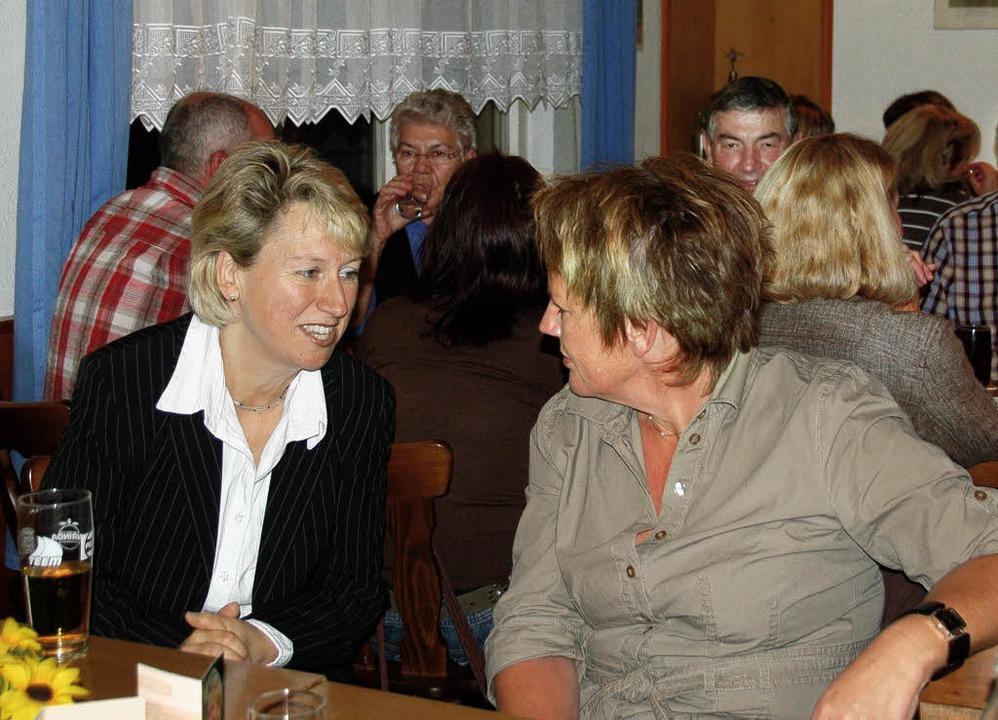 Bürgermeisterkandidatin Fränzi Kleeb im gespräch mit Vörstetter Bürgern.  | Foto: Pia Grättinger