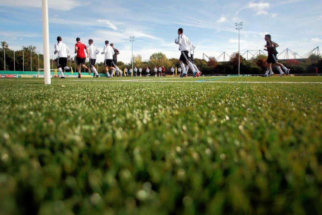 Die deutsche Fußball-Nationalmannschaf...ag in Mainz auf einem Kunstrasenplatz.  | Foto: dpa