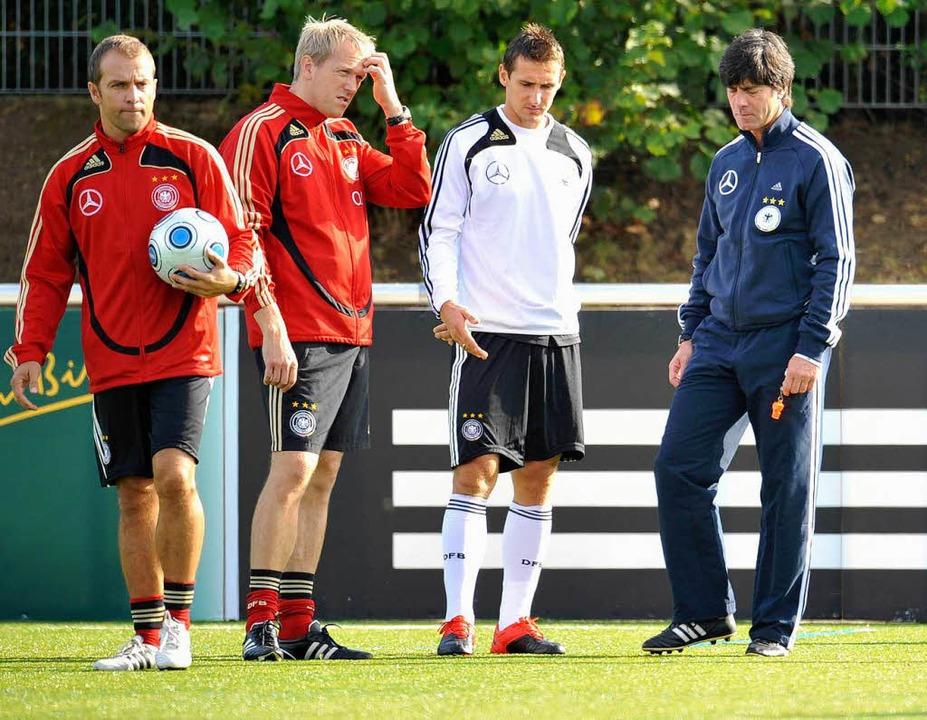 Bundestrainer Joachim Loew (v.r.), Mir...iner Hans-Dieter Flick auf Kunstrasen.  | Foto: ddp