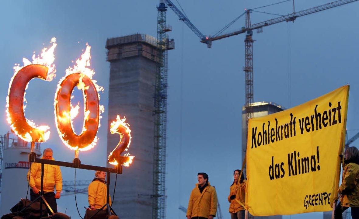 Verheizt? Greenpeace-Mitglieder demons...en gegen den Bau des Kohlekraftwerks.   | Foto: DPA
