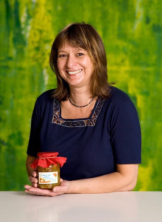 Sabine Ott aus Staufen mit Chtuney aus grünen Tomaten    Foto: Michael Wissing
