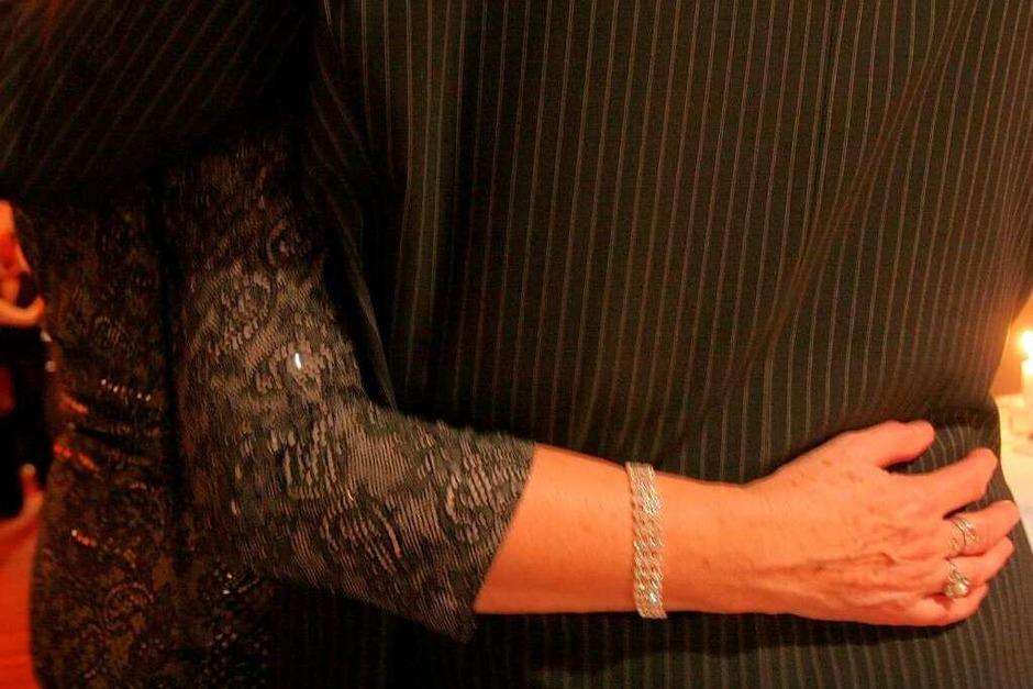 Ein echter Gentleman holt seine Tanzpartnerin selbstverständlich an der Haustür ab und bringt sie nach dem Ball auch wieder dorthin zurück. Die Dame geht grundsätzlich rechts oder vor ihrem Begleiter. Ausnahme: Wenn es auf der Veranstaltung eng wird, geht der Mann voran und macht den Weg frei. Auch am Tisch sitzt die Frau rechts, ihre Begleitung links (Foto: Patrik Müller)