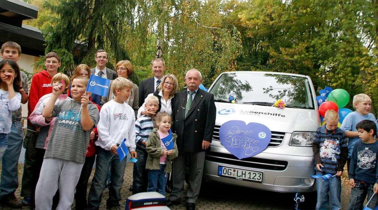 Neuer Bus für Behinderte:  Beate Schil... Bruno Kohlmeyer (rechts)  eingeladen.  | Foto: Heidi Foessel