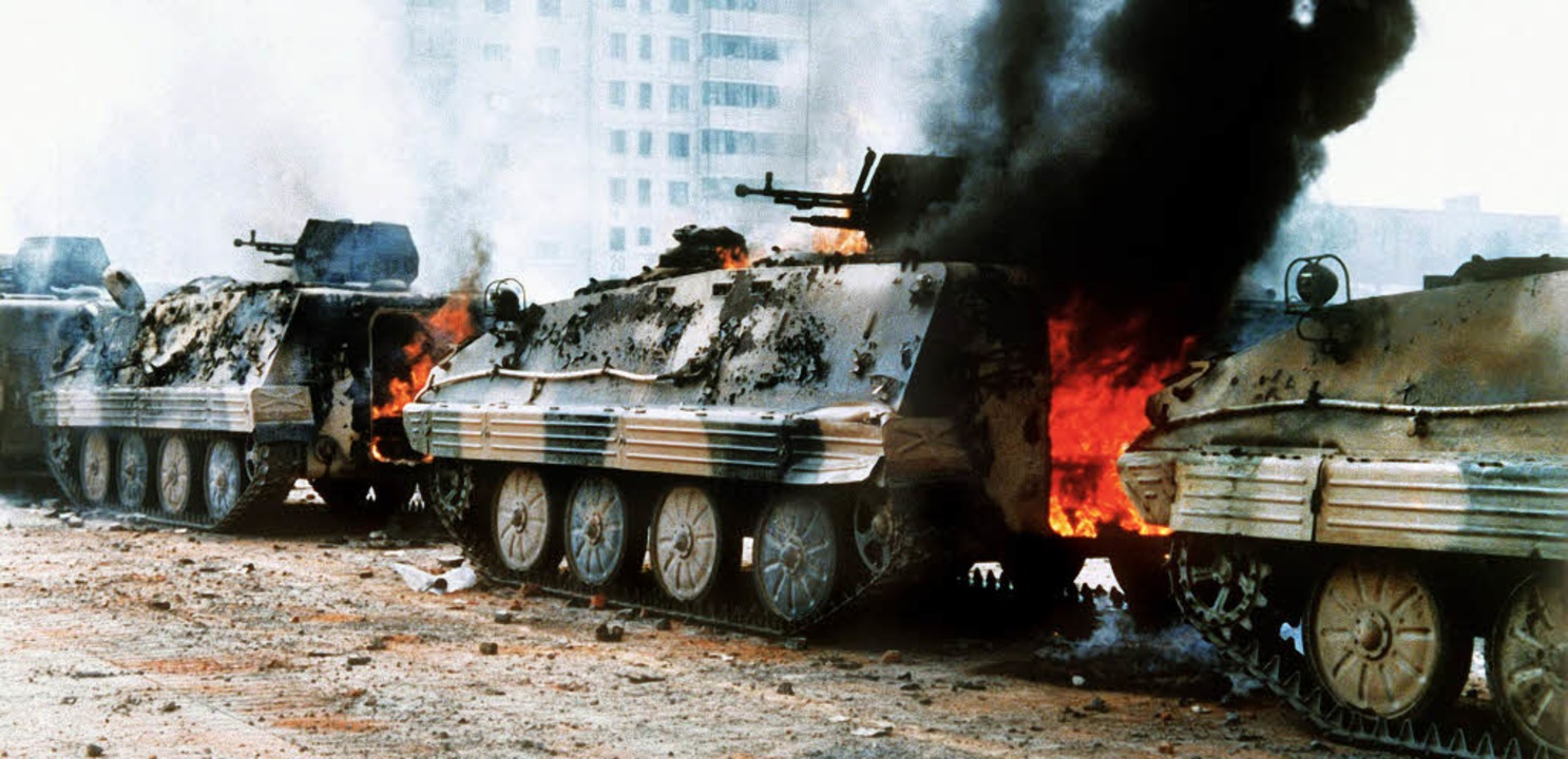 Wenn Politik brutal wird: Brennende Pa...989 auf dem Tiananmen-Platz in Peking     Foto: dpa