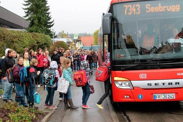 Überfüllte Schulbusse: Kinder bleiben an Haltestelle zurück