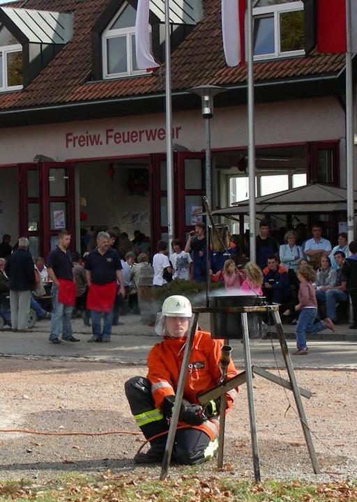 Auch praktische Vorführungen zum Lösch...eim   Feuerwehrfest  in  Gottenheim.    | Foto: mario schöneberg