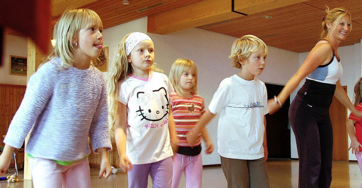 Die Kinder üben ihren Tanz vor dem Spi... Bella leitet die jungen  Tänzer an.    | Foto: Kathrin Blum
