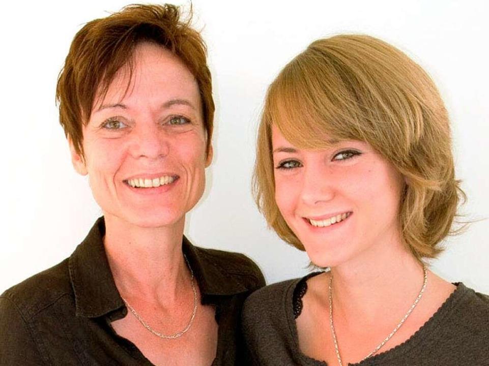 Perfekte Teamarbeit am Backofen: Rita und Janine Schmidt.  | Foto: Michael Wissing