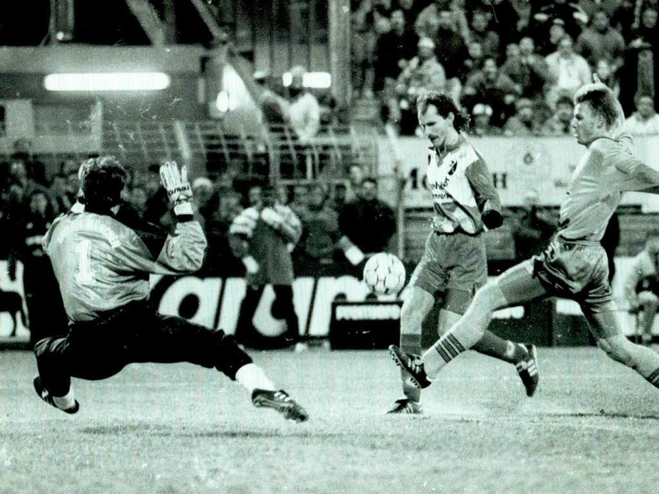 November 1993: Uwe Wassmer schenkte Ra...beim 3:1-Heimsieg 1993 drei Stück ein.    Foto: m schön