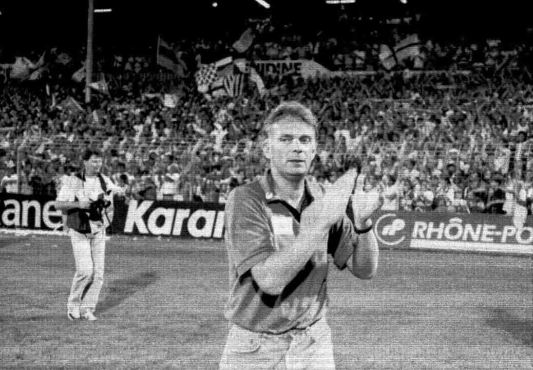 Trainer Volker Finke auf der Ehrenrunde nach  dem 5:1 im August 1994.