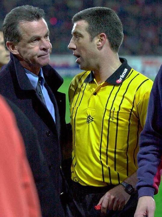 Bayen-Trainer Ottmar Hitzfeld nach dem...rf im Gespräch mit dem Schiedsrichter.    Foto: meinrad schön