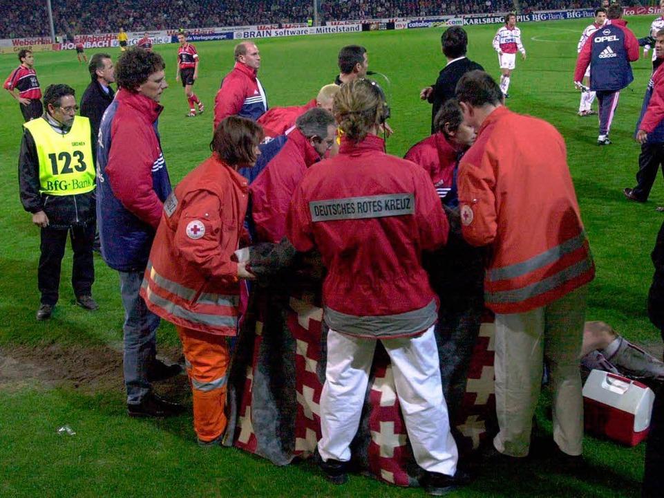 Fußball brutal im April 2000:  Oli Kah...olfball an den Kopf und wird verletzt.    Foto: meinrad schön