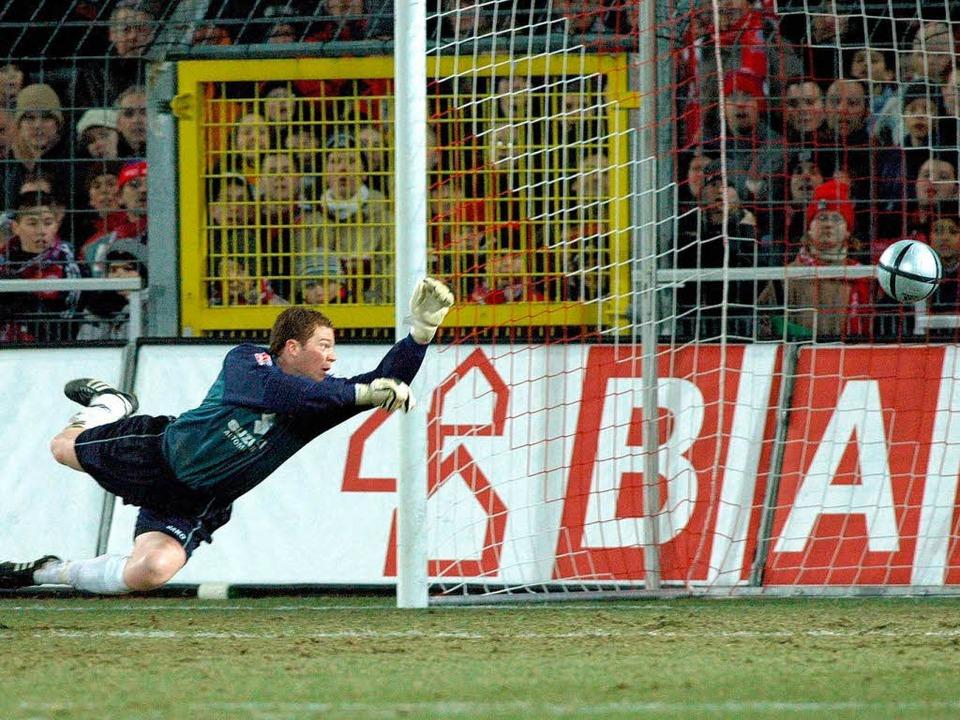 Bitter: Im Viertelfinale des DFB-Pokal...en SC ab. Torwart Reinard ohne Chance.    Foto: Michael Heuberger