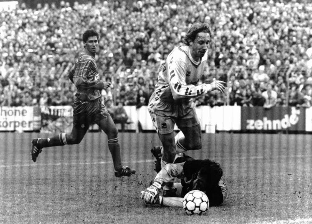 Uwe Spies gegen die Bayern in Aktion. ...mer lässt Raimond Aumann keine Chance.    Foto: ms
