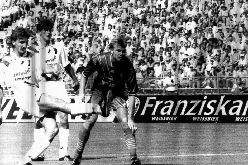 Das allererste Spiel des SC in der Bundesliga am 7. August 1993: Oliver Freund schießt das einzige Tor beim 1:3 gegen die Münchner. (Foto: Meinrad Schön)