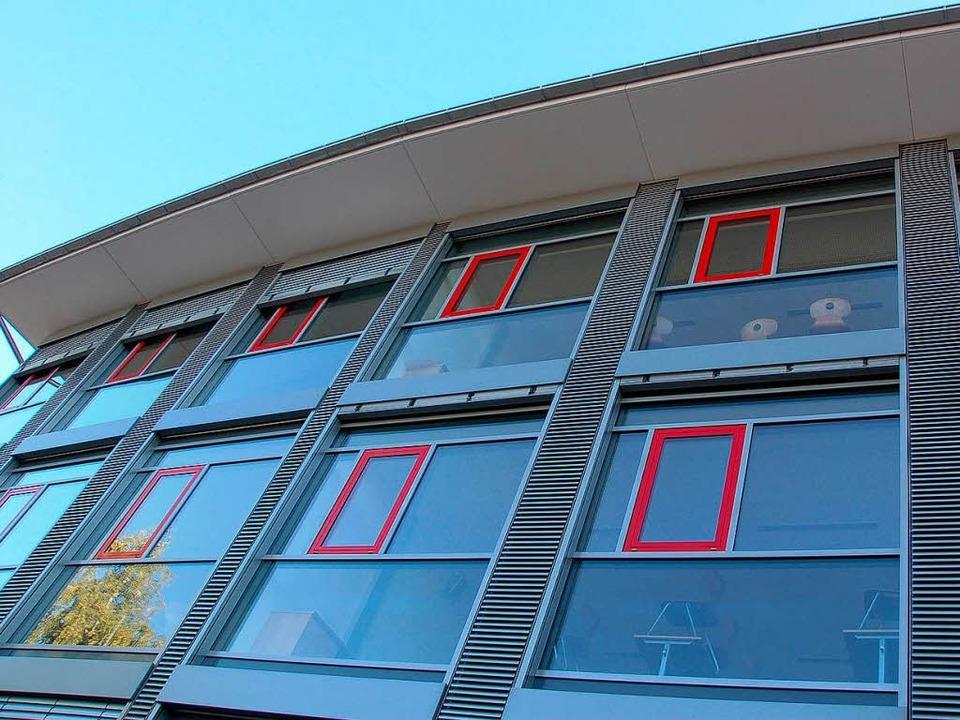 Die Fassade  des  Anbaus am Gymnasium ...für eine freundliche Atmosphäre sorgt.  | Foto: Victoria Kampfmann