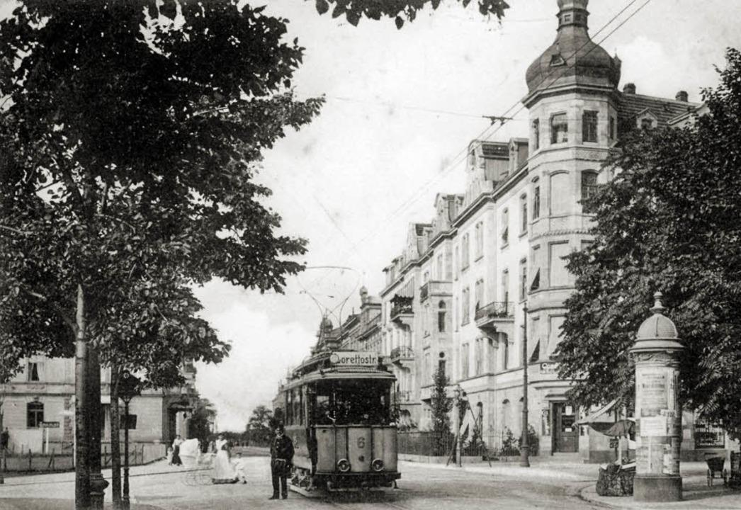 Der Triebwagen Nummer 6 steht auf dem ...ich die Café-Konditorei   Karl Silber.    Foto: Archiv Gallo