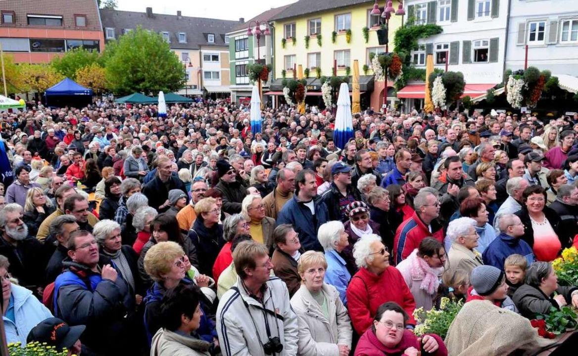 Wenn Chrysanthema  ist und dazunoch Mu...n ist der Lahrer Marktplatz überfüllt.  | Foto: Wolfgang Künstle