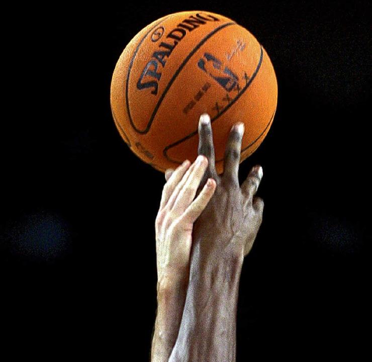 Umkämpfter Ball  | Foto: AFP