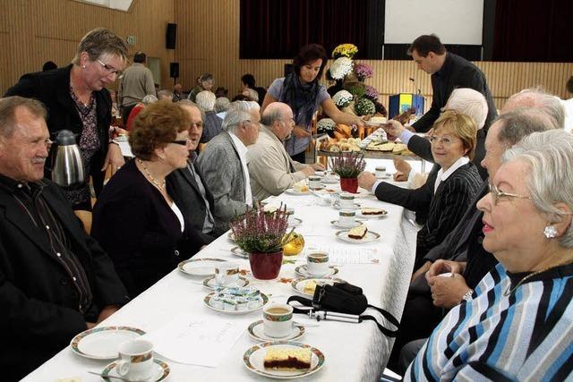 Politiker bedienen die älteren Bürger der Gemeinde